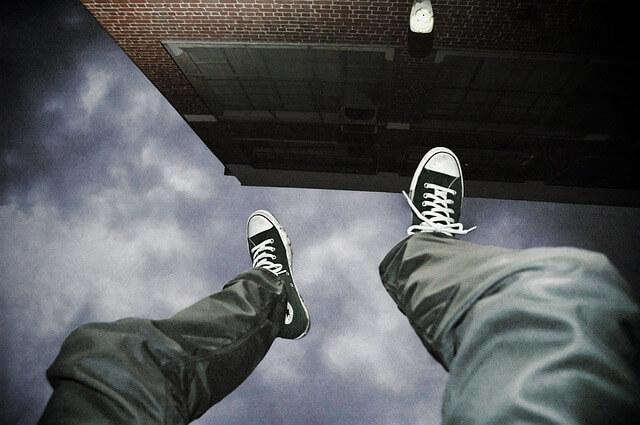 falling 2245869 640 - Em 2018, um suicídio acontecia a cada 46 minutos. Não é um problema pessoal, mas sim de saúde pública