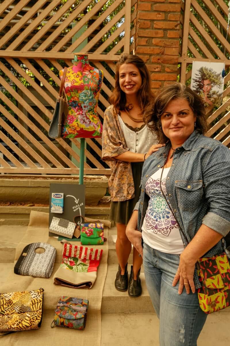 Mariane Costa atrás e Andrea Campanilli as organizadoras do evento e sócias na marca EcoLab - Como anda o consumo consciente entre os brasileiros?