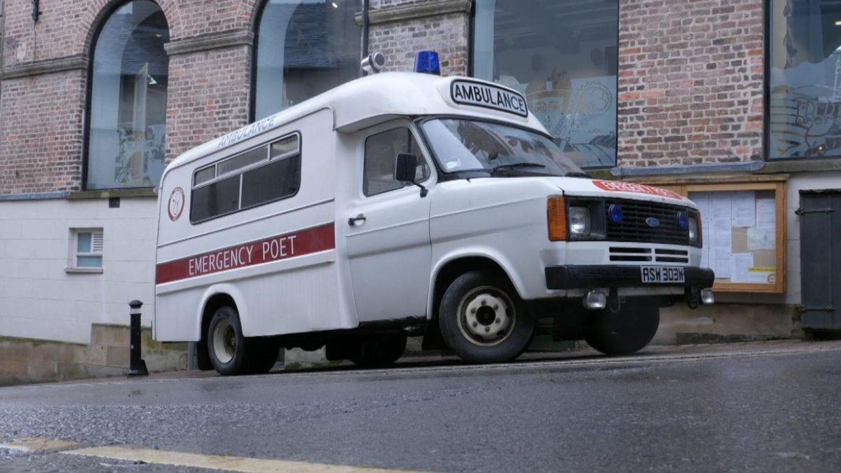 ambulance scaled - Em um condado inglês, a poesia virou remédio