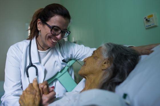 ana com paciente - Como Ana Claudia Quintana se tornou uma especialista em morte