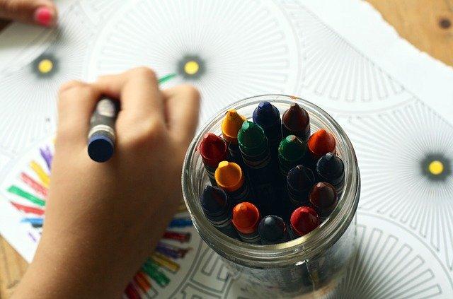 crayons 1445053 640 - A arteterapia ajuda cuidar da saúde das nossas emoções