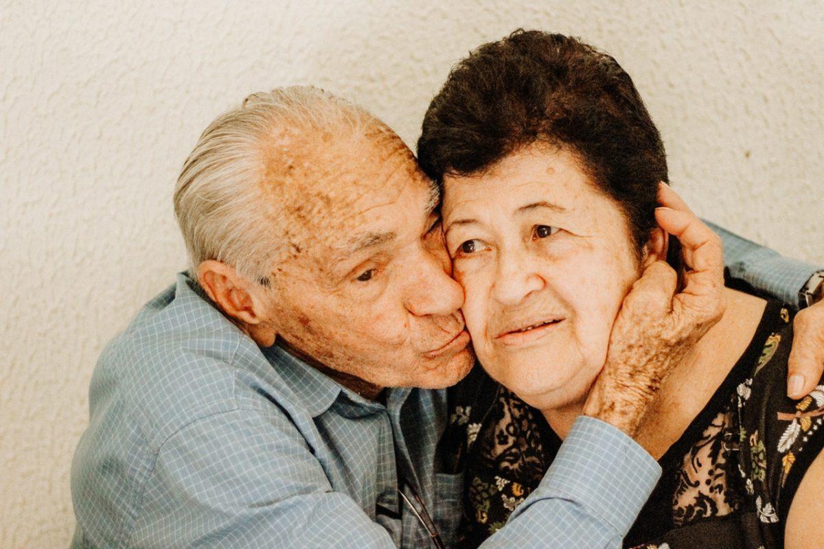 man kissing woman s cheek 3408267 scaled - Os alimentos que aumentam a nossa imunidade precavendo doenças e pandemias
