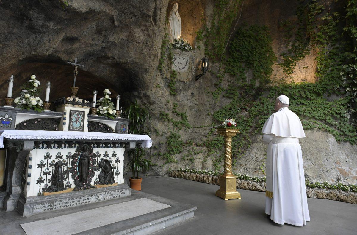 terco com o Papa jardins vaticanos FotoVaticanMedia scaled - Papa Francisco pede a intercessão da Virgem Maria no combate à Covid-19