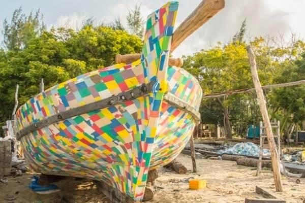 boat - Países africanos têm projetos incríveis de reciclagem de chinelos e plástico