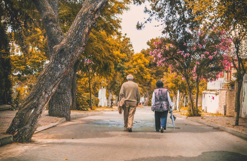 man and woman walking on the street 2385569 1024x666 - O pessoal da terceira idade mostra que é bom viajar sozinho