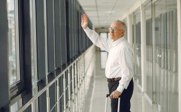 senior man waving goodbye and walking in airport corridor 4173238 356x220 - Início