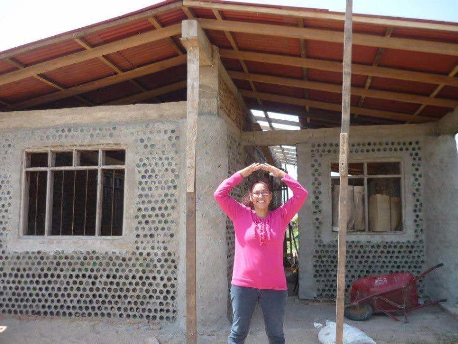 casas de botellas2 910x683 1 - Reciclagem e solidariedade, uma dobradinha que melhora as condições de moradia
