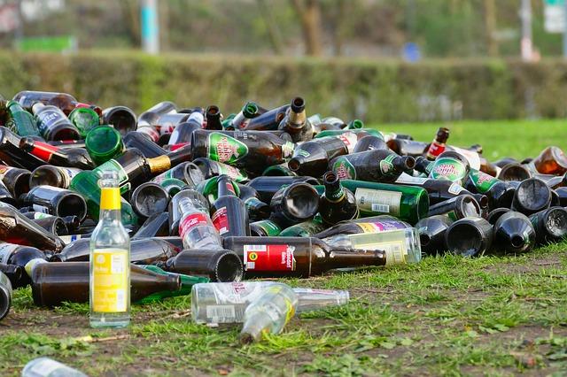 bottles 3302316 640 - O Brasil é o quarto país que produz mais lixo no mundo e recicla pouco mais de 3%